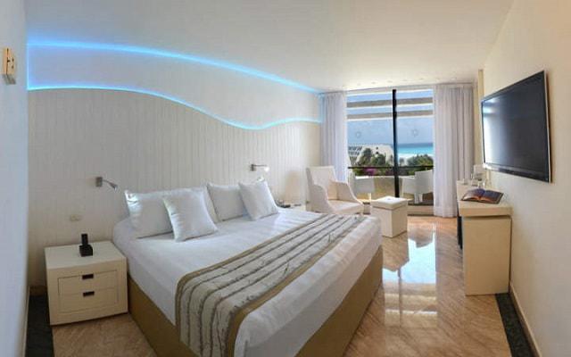 Hotel Grand Oasis Cancún ofrece algunas habitaciones con vista al mar
