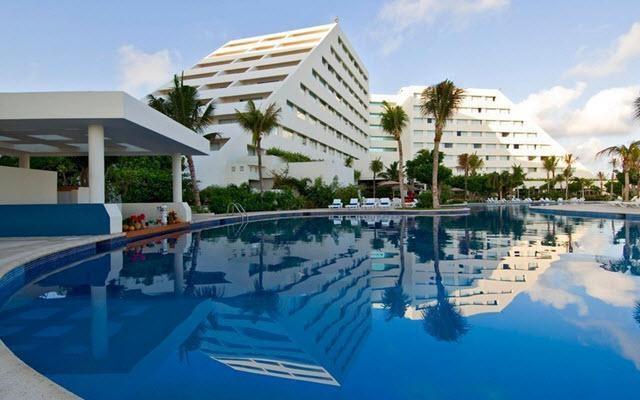 Hotel Grand Oasis Palm, disfruta de su alberca al aire libre