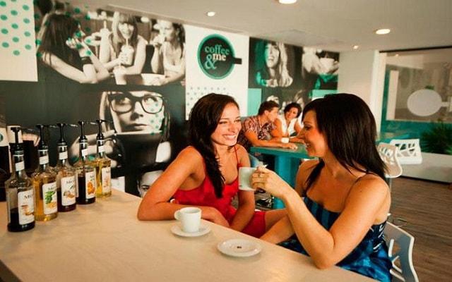 Hotel Grand Oasis Sens, disfruta un café en Coffee and Me