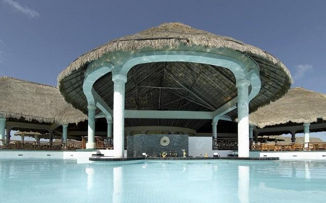Hotel Grand Palladium Colonial Resort and Spa, refréscate en el bar de la alberca