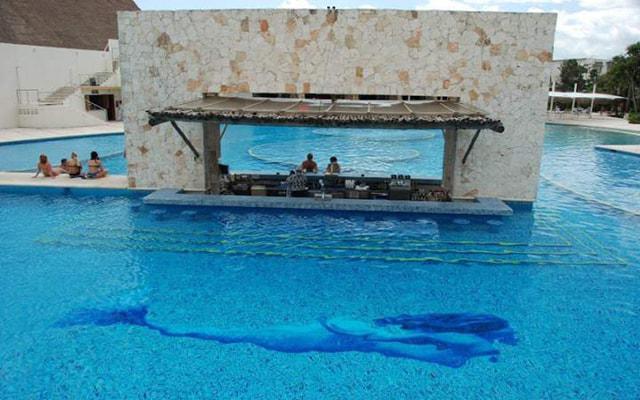 Hotel Grand Sirenis Riviera Maya, una rica bebida en el pool bar