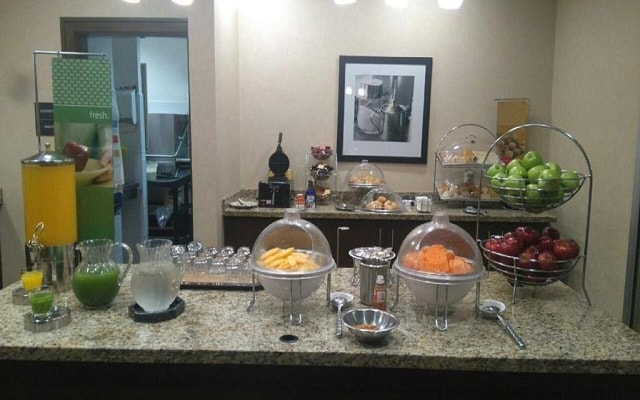 Hotel Hampton Inn and Suites Ciudad de México Centro Histórico, desayuno en cortesía