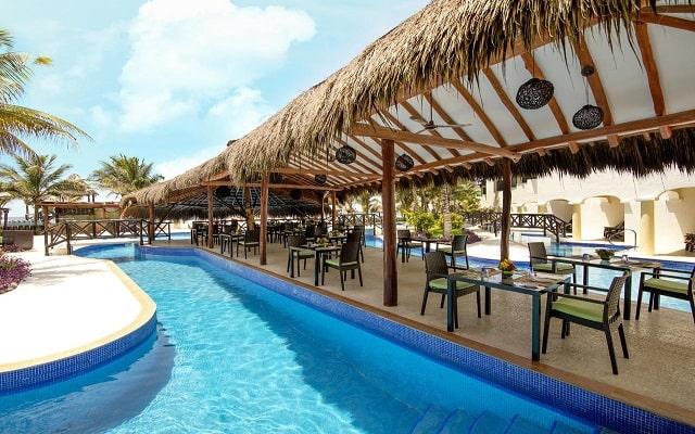 Hotel Hidden Beach Resort Au Naturel, by Karisma, alberca que recorre la propiedad