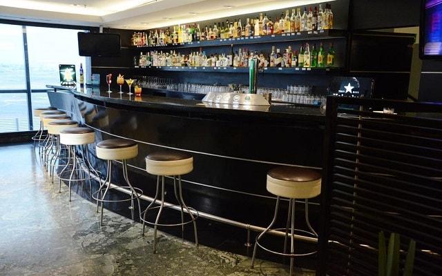 Hotel Hilton Mexico City Airport, disfruta una copa en el bar