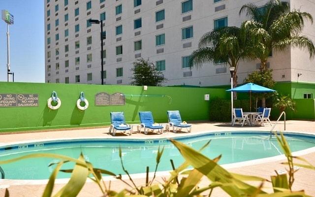 Hotel Holiday Inn Express & Suites Monterrey Aeropuerto, disfruta de su alberca al aire libre