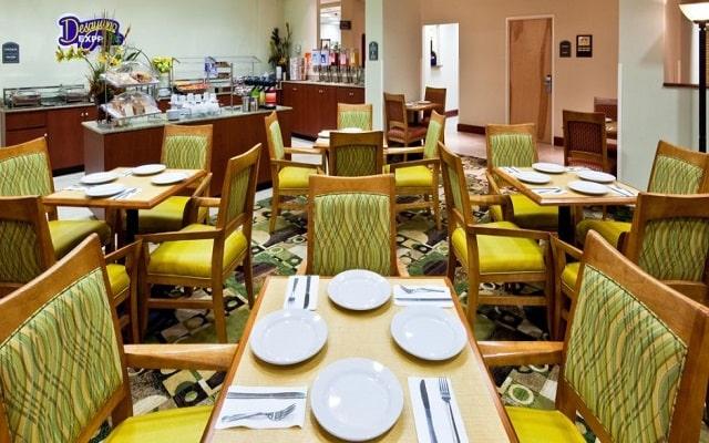 Hotel Holiday Inn Express & Suites Monterrey Aeropuerto, variado menú para tus alimentos
