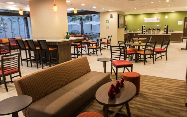 Hotel Holiday Inn Express Guadalajara Aeropuerto, disfruta un rico desayuno en cortesía
