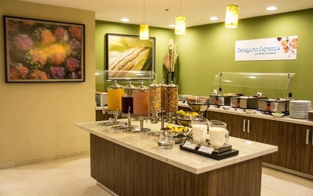 Hotel Holiday Inn Express Guadalajara Aeropuerto, variado menú para tu desayuno