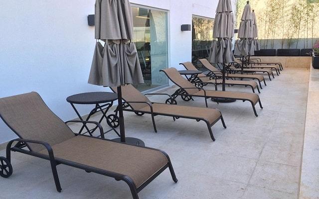 Hotel Holiday Inn Express Puerto Vallarta, relájate en sus camastros
