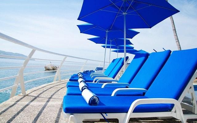 Hotel Holiday Inn Resort Acapulco, descansa en la comodidad de sus camastros