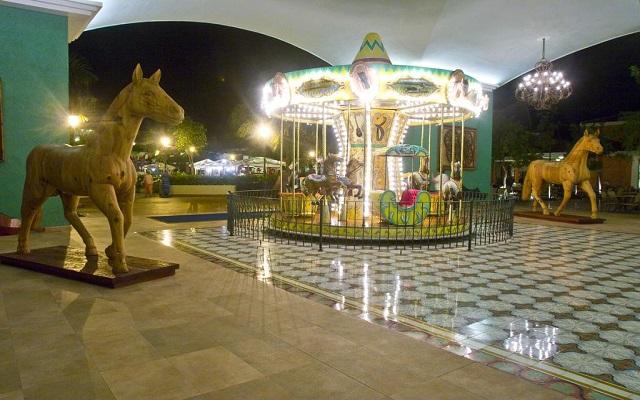 Hotel Iberostar Paraíso Beach, carrousel para los pequeños en la zona comercial