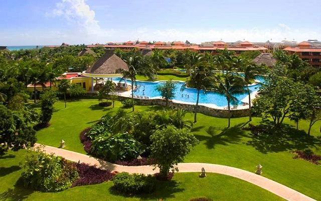 Hotel Iberostar Paraíso Beach, pasea por los extensos jardines