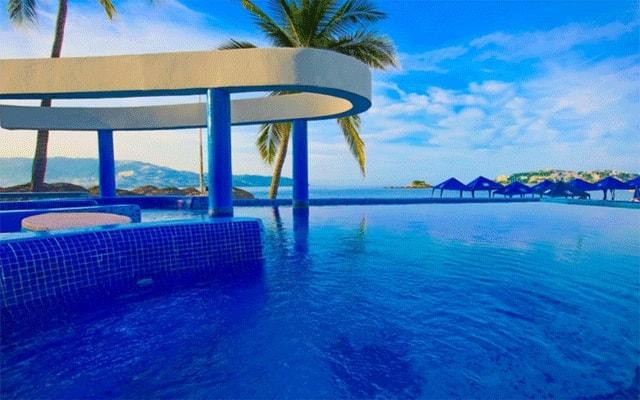 Hotel Krystal Beach Acapulco, disfruta de su alberca al aire libre