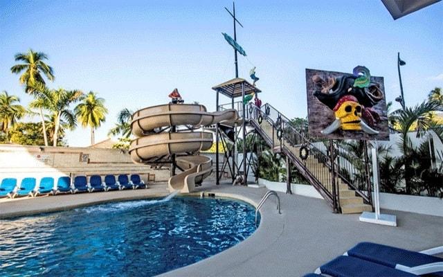 Hotel Krystal Beach Acapulco, tobogán para que los pequeños se diviertan