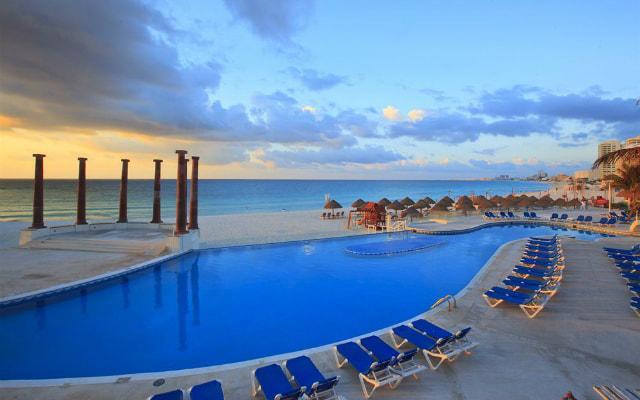 Hotel Krystal Cancún disfruta el área de alberca