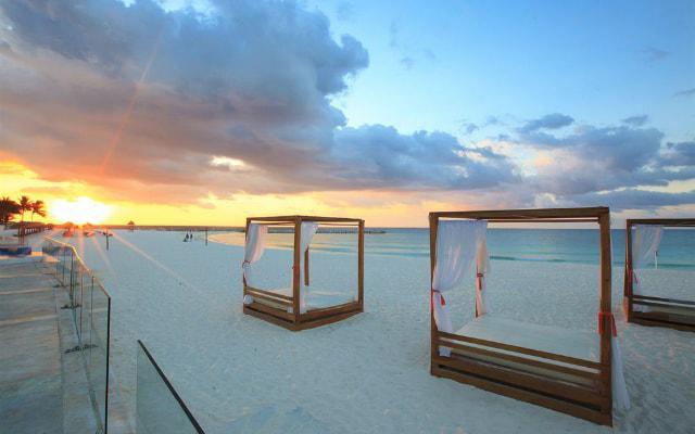 Hotel Krystal Cancún descansa en la playa