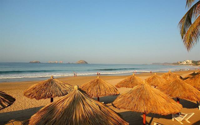 Hotel Krystal Ixtapa, palapas cerca del mar