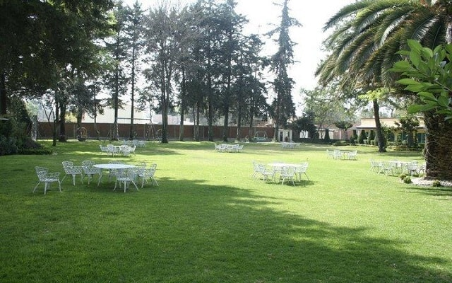 Hotel La Mansión del Quijote, pasea por el jardín