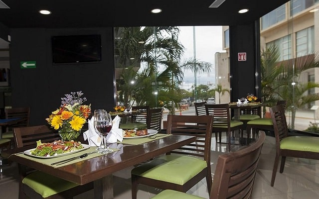 Hotel La Quinta by Wyndham Cancun, degustar un buen vino con una deliciosa comida