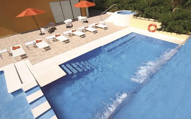 Hotel La Quinta by Wyndham Cancun, tomar el sol en uno de sus camastros
