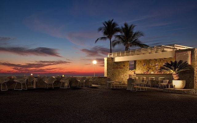 Hotel Las Brisas Acapulco, disfruta una copa bajo un cielo lleno de estrellas