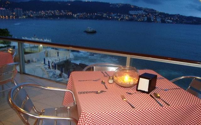 Hotel Las Torres Gemelas, deléitate con una rica cena y vistas hermosas del mar