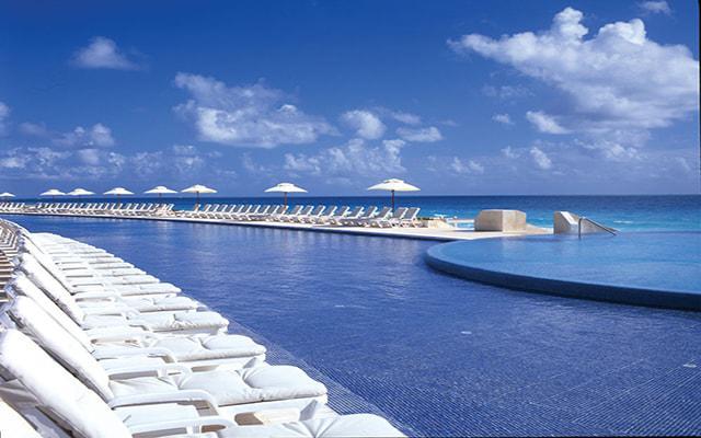 Hotel Live Aqua Beach Resort Cancún, disfruta de su alberca al aire libre