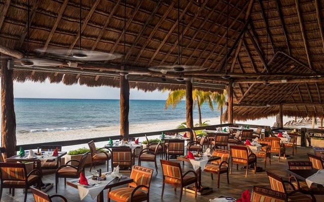 Hotel Meliá Cozumel Golf All Inclusive, disfruta alimentos a la parrilla con vistas hermosas del mar