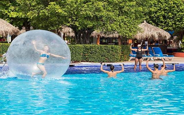 Hotel Meliá Puerto Vallarta All Inclusive, divertidas actividades en la alberca