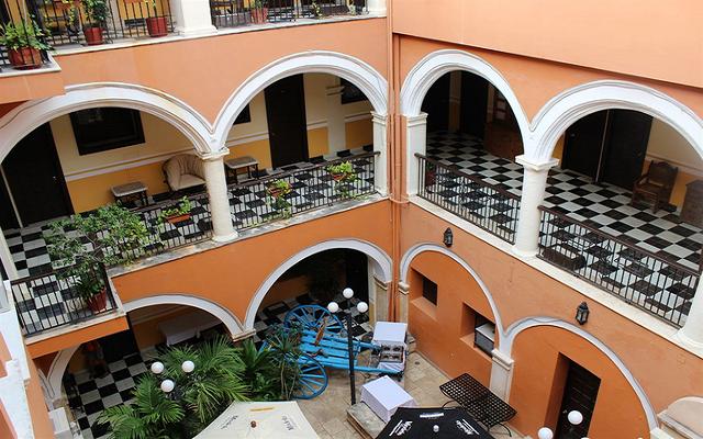 Disfruta la vista desde sus coloniales balcones