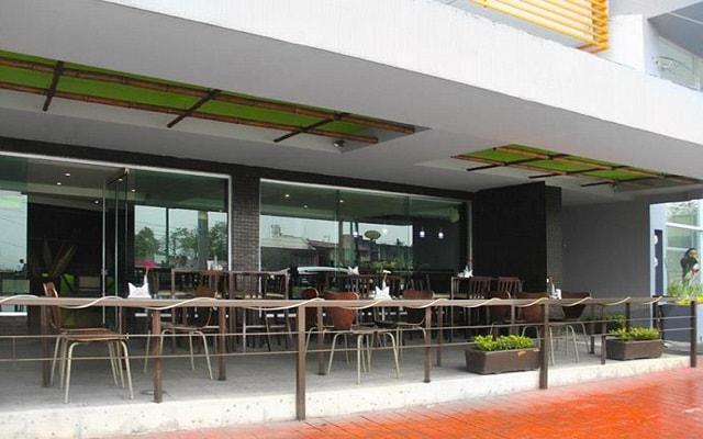 Hotel Misión Express Xalapa Centro, disfruta una copa en la terraza