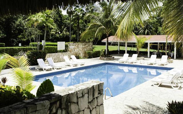 Hotel Misión Palenque, alberca al aire libre rodeada de jardínes