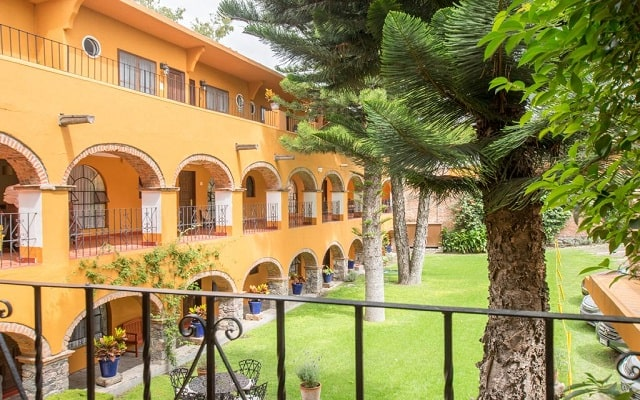 Hotel Monteverde Best Inns, pasea por el jardín