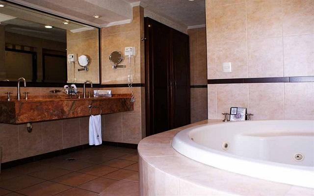 Cuenta con amplio y moderno mobiliario en el cuarto de baño