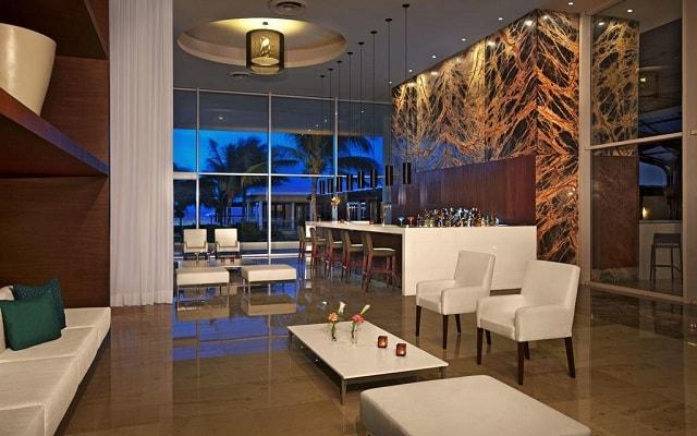 Hotel Now Jade Riviera Cancún, disfruta una copa en el bar