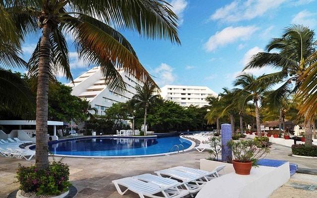 Hotel Oasis Palm, disfruta de su alberca al aire libre