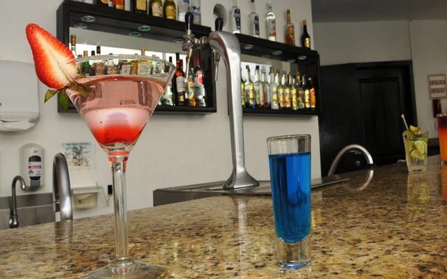 Hotel Ocean View Cancún Arenas, disfruta una copa en el bar