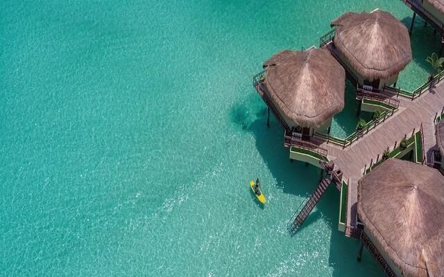 Hotel Palafitos Overwater Bungalows by Karisma, practica kayak en el paraíso