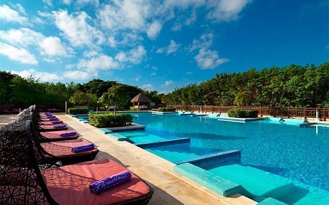 Hotel Paradisus Playa del Carmen La Esmeralda by Melia, alberca family concienge