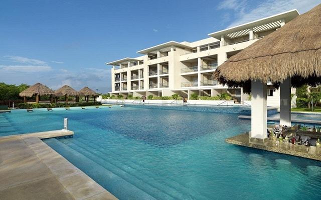 Hotel Paradisus Playa del Carmen La Perla By Meliá, disfruta una bebida en la alberca
