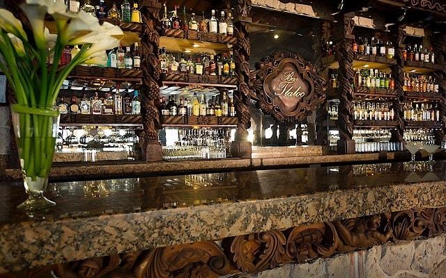 Hotel Playa Los Arcos Beach Resort and Spa, disfruta una copa en el bar