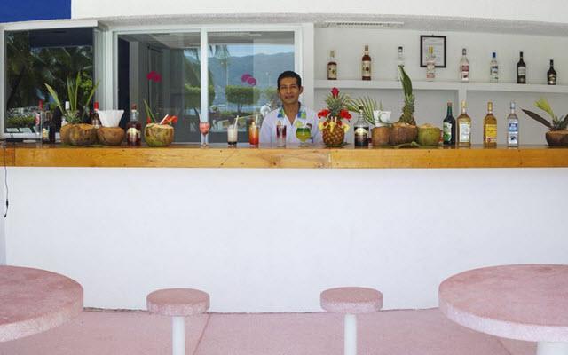 Hotel Playa Suites Acapulco, disfruta un coctel en el bar