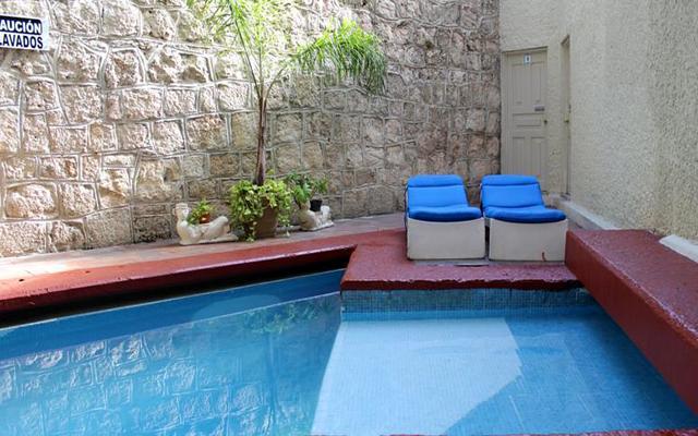 Refréscate en su piscina al aire libre.