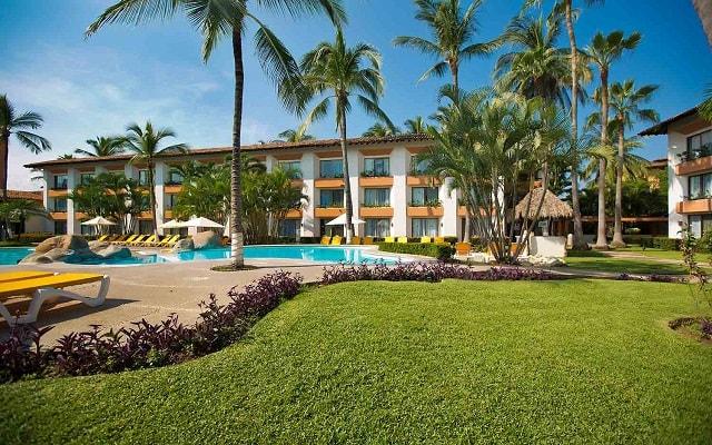 Hotel Plaza Pelícanos Club Beach Resort, pasea por sus lindos jardines