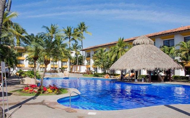 Hotel Plaza Pelícanos Club Beach Resort, disfruta un coctel en la alberca