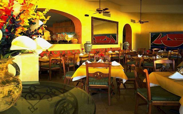 Hotel Posada Real Los Cabos, disfruta una cena en ambientes con buen servicio