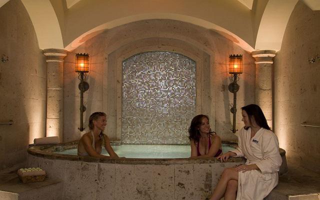 Relájate en la tina de hidromasaje o con un masaje en el Spa