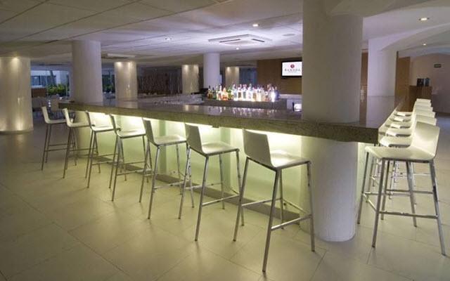 Hotel Ramada Cancún City, disfruta una copa en el bar