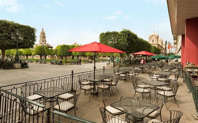 Hotel Ramada Plaza León, restaurante con vista a la plaza