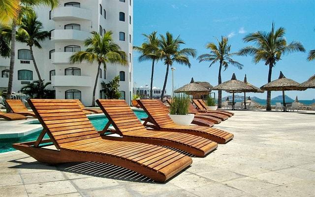 Hotel Ramada Resort Mazatlán, camastros para que te asolees y te relajes
